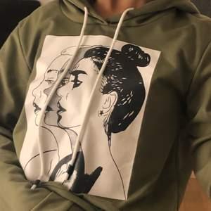 Jättefin hoodie från Shein! Relativt tunt material, trycket är i ett hårdare plastaktigt material men absolut inte oskönt. Använd ett fåtal gånger, tyckte verkligen den var jättefin när jag köpte den men insåg att färgen inte riktigt passade mig. Orginalpris 139kr. Frakt tillkommer☺️💞