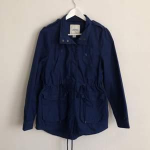 Säljer en jättefin marinblå höstjacka, inte blivit använd på flera år och är i fint skick. Bra fickor och är vindtät. 💫