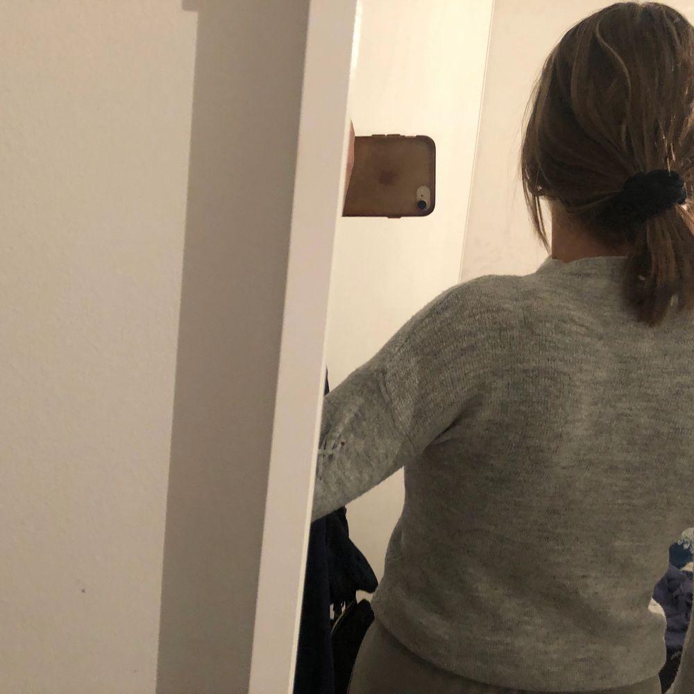 Säljer min superfina gråa stickade tröja från okänd butik i Polen då jag växt ut den. Lite halv turtelneck. Även coola detaljer med snören på ärmarna. Använd några gånger men inte sliten. Lite liten i storlek. 90kr + 63kr frakt 😚. Stickat.
