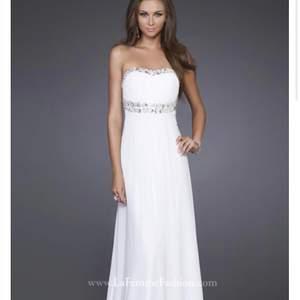 Hej min syster sålde denna klänning för 9-10 år sedan och söker denna klänning nu. Spelar ingen roll om ni köpt den begagnat eller ny från någon sida men söker en sådan klänning iaf så vore tacksam om du kunde höra av dig ifall du eller någon du känner har en sådan hemma🥰