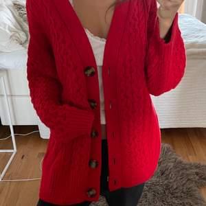 Jättemysig tröja i färgen röd. I storlek XS, men större i storleken. Bra material och knappt använd, helt i nyskick. ❤️ går också bra att frakta, dock osäker på priset antingen 72 eller 96