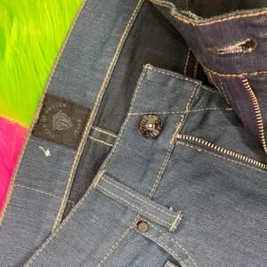 Supersnygga mörkblåa jeans från Tiger Of Sweden i nyskick. Försmå för mig. Modellen heter Style Iggy. Storlek 27/32. Mått rakt över midja 34cm. Innerbenslängd 73cm. SafePay knappen är aktiverad så det går att köpa direkt utan att behöva meddela! Tar annars swish! (Safepay tar 10% av betalningen och spårbar frakt på 66kr är inräknad i priset) Skriv gärna om du har eventuella frågor!