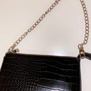 Svart trendig & snygg liten väska som passar perfekt till alla outfits. Helt ny och ganska oanvänd. Kedjan är silver. Skriv för fler bilder. Köparen står för frakt💕