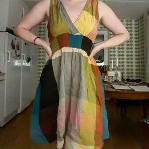 En söt klänning i olika färger. Köpt second hand i Stockholm. Storlek saknas, men uppskattas S och uppåt (väldigt stretchig). Använd endast en gång och i mycket gott skick. Frakt tillkommer. Kan mötas upp i Stockholm💞