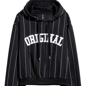 Säljer denna svart hoodie från gina då den inte längre kommer till användning. Den är i bra skick! Storlek M men passar även xs/s beroende på hur man vill att den ska sitta. Vid fler bilder skriv privat ev. Frågor. Köpare står för frakt💛