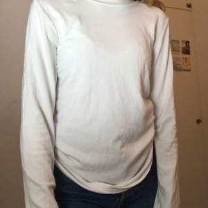 Vit tröja från bikbok i storlek S, sällan använd och i bra skick. Köparen står för frakten🤍