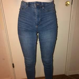 Blåa skinny jeans i modellen Molly från Gina, storlek S. Nästan helt oanvända. Säljes för 180 kr, gratis frakt.