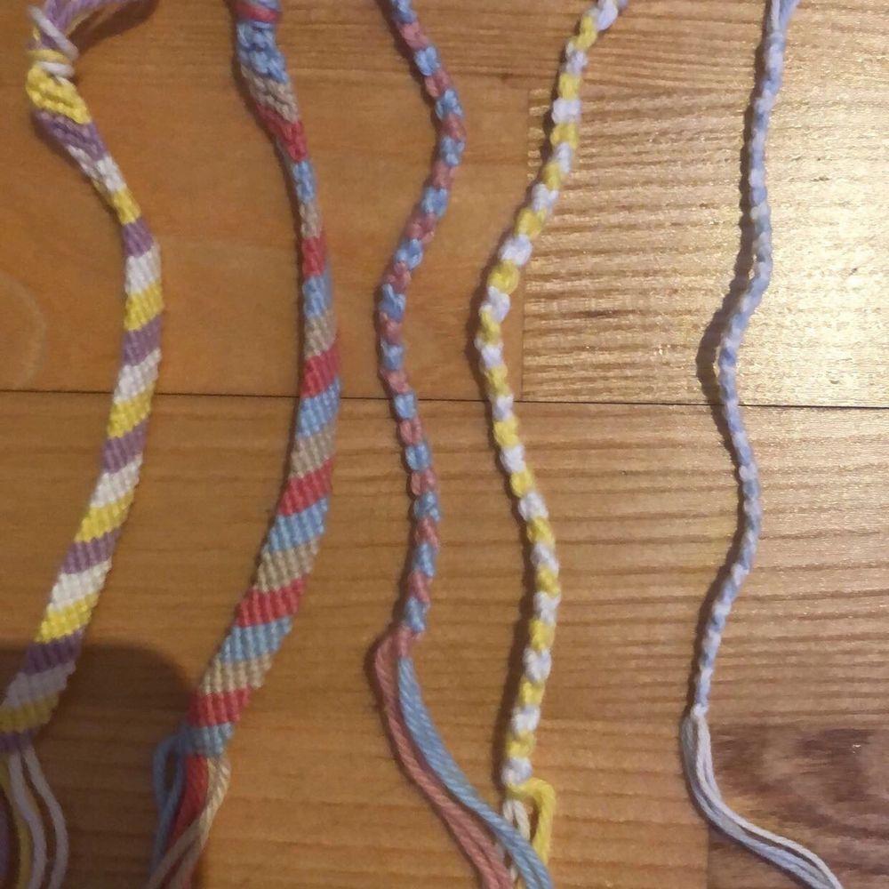 Handgjorda armband av mig gjorda av bomullsgarn, har flera olika färger än de på bilden. De tjockaste armbanden kostar 30, de mellan stora kostar 20 och de minsta kostar 15 alla + frakt❤️. Accessoarer.