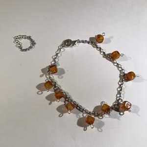Ett sett av oranga stenar. 2 ringar och ett armband. Säg till ifall du är intresserad av bara en grej eller nått mer utöver detta. Kan göra örhängen och halsband i samma oranga sten. Ringen kan välja mellan S, M & L