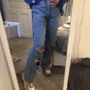 säljer dessa sjukt snygga jeans från boohoo köpta här på plick!! De var något stora så därför säljer jag de vidare!! storlek 34, pris : 250 + frakt!