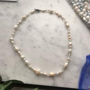 Halsband med sötvattenspärlor i olika storlekar. Lås i rostfritt stål. 199 kr inklusive frakt. 💫