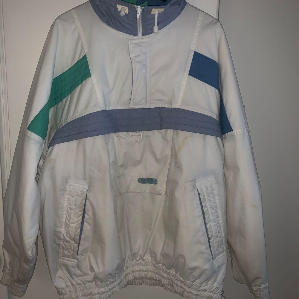 Vintage Anorak i märket Tenson. Jackan är i oversized storlek L/XL den är väldigt gammal och har lite missfärgningar men är en sjukt cool jacka för dig som gillar retro kläder 🔥🔥 JAG BJUDER PÅ FRAKTEN. Jackor.