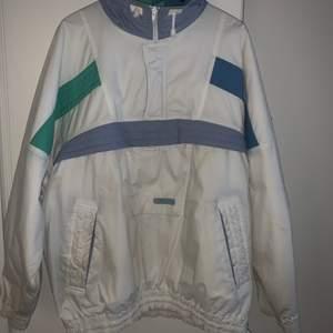Vintage Anorak i märket Tenson. Jackan är i oversized storlek L/XL den är väldigt gammal och har lite missfärgningar men är en sjukt cool jacka för dig som gillar retro kläder 🔥🔥 JAG BJUDER PÅ FRAKTEN