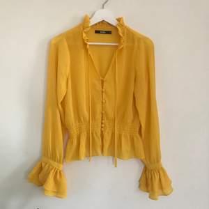 Jättefin gul blus, som tyvärr inte kommer till användning och som nästan är oanvänd. Lite genomskinlig. Passar S/M