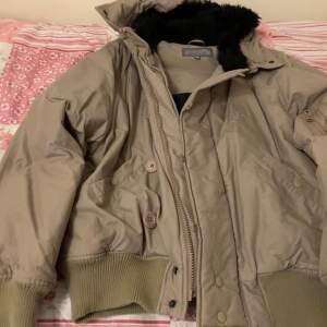 Säljer denna jacka i storlek M för 100 kr.