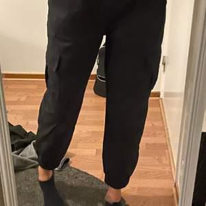 Jeans från newyoker sitter som mom jeans väldigt sköna strk L men sitter som m