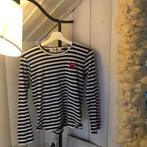 Långärmad tshirt (striped heart embellished top) från comme ses garcon PLAY i blå och vit. Storlek L i dam och passa mig som brukar ha S/M. Bra skick och bara använd ett fåtal gånger 😎