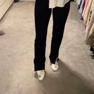 (Lånade bilder) Säljer dessa svarta jeans med slits från Madlady som är helt slutsålda (Ida Carlssons kollektion). Dom kommer inte till användning så därför väljer jag att sälja dessa. Storlek 38. 250kr+frakt. Buda, avslutas 21/1 Kl.20.00