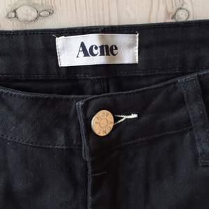 Svarta jeans från Acne med normalhög midja och smala ben. Har ett litet hål på ena benet (se bild tre) då jag ramlade på asfalt en av de två gånger jag använt dem. OBS att de är ganska små i storleken och inte så stretchiga. Supersnygga!