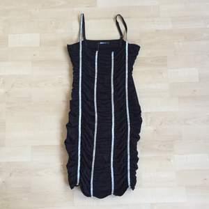 tajt festklänning i svart och glittriga ränder. justerbara axelband. aldrig använd med prislapp kvar!▪️▫️