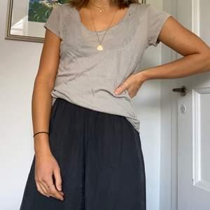 Grå t-shirt från hunkydory. Använd ganska flitigt. Tunt tyg och väldigt skön att ha på sig. Storlek XS🐹