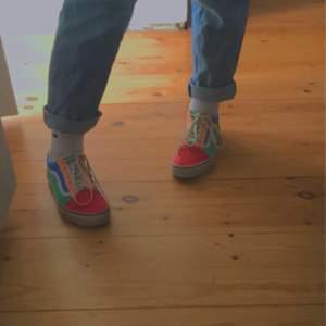 Vans med egen design. Den sista bilden visar den skon som jag failade med, men det syns bara på nära håll! Har använt dem jätte mycket i sommar och dem är svinnnn sköna.