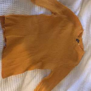 fin senapsgul tröja från hm, färgen passar helt perfekt  nu på hösten och dessutom väldigt skön, säljer för 75kr inklusive frakt