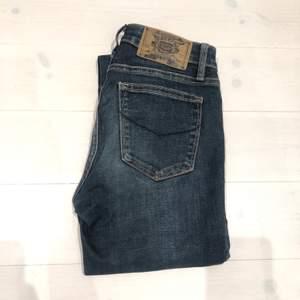 Mörkblå lowwaisted skinny jeans från Crocker i storlek 25/32 passar mig som är 167cm och har 24/32 i weekday jeans💕💖använda men i gott skick.