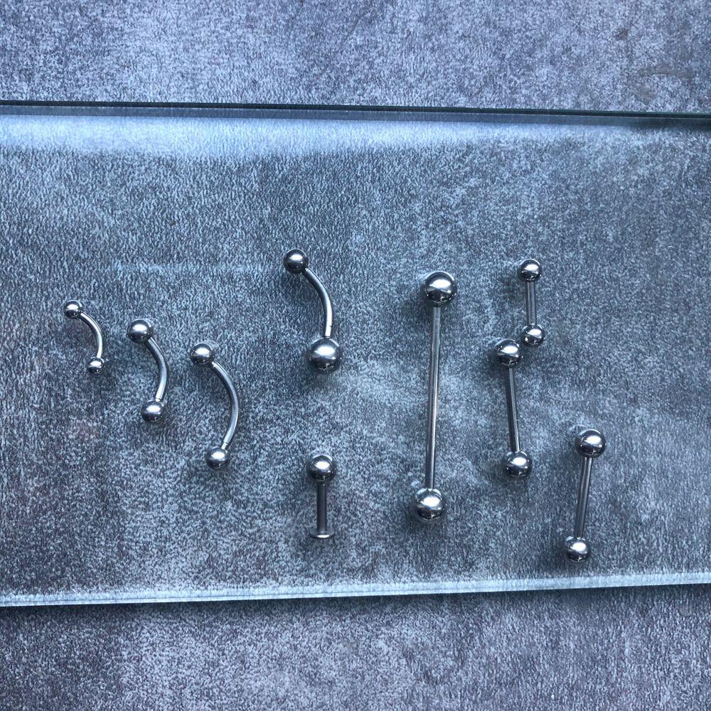 Piercingsmycken från laboro lagret. Finns alla möjliga typer av smycken. Hör av dig vad du söker! Piercing smycken för öra, tunga, näsa, ögonbryn, läpp, hand, arm, fotled och mycket fler. I matrial som titan, kirurgiskt stål och i äkta silver! . Accessoarer.
