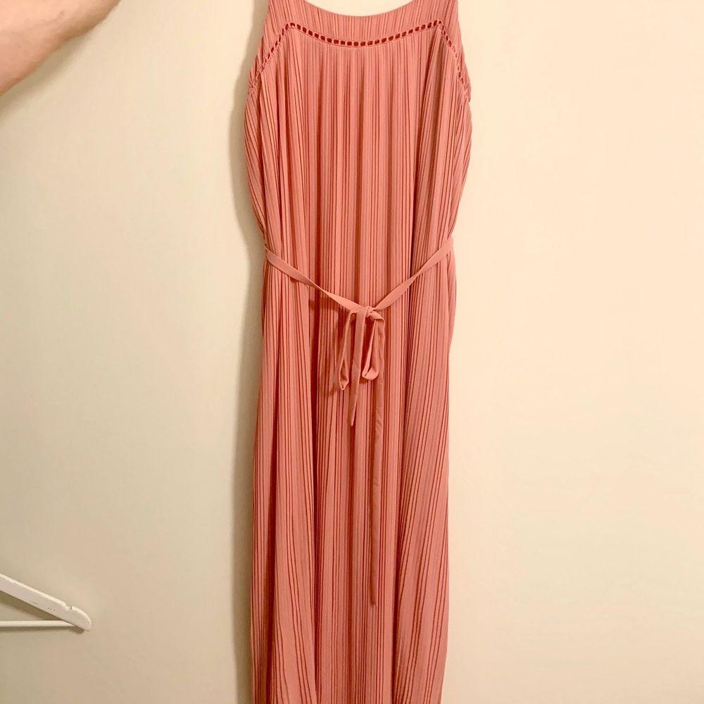 Lång klänning i rosa färg. Aldrig använd. Storlek Medium. Original pris: 650kr. Klänningar.