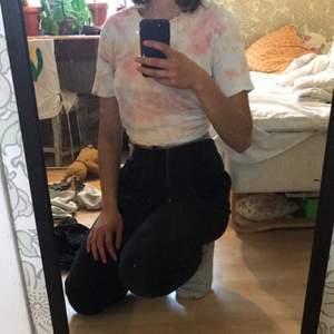 Jag har färgat tröjan själv men använder sälla nuförtiden, fin att vika upp.