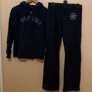 Tommy Hilfiger mjukis kläder, använda, syns lite mer på byxorna men super fina. Inköpta i USA. Det är flera som är intresserade så skriv vad ni kan tänka er ge! Kan frakta (köparen står för frakten).