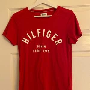 Röd t-shirt från Tommy hilfiger, aldrig använd. Fraktkostnad tillkommer