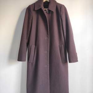 Hi ! It is a long winter jacket that comes from France.  I am 1m66 and it reaches me a little below the knees.   It keeps you warm and comfortable, it is new, there are two pockets, buttons to close it and also buttons on the sleeves.  It is a size S (EUR) / XS (USA). I sold it for 900KR, it is of very good quality.