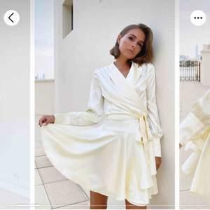 En vacker silkesklänning med detaljer. Ej använd. Prislapp kvar.