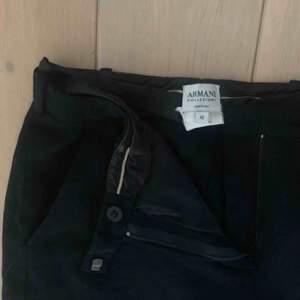 Svarta kostymbyxor från Armani. Det står storlek 42 på lappen men de är för små för mig som är storlek 38. Passar bäst på någon som är 34-36. ♥️
