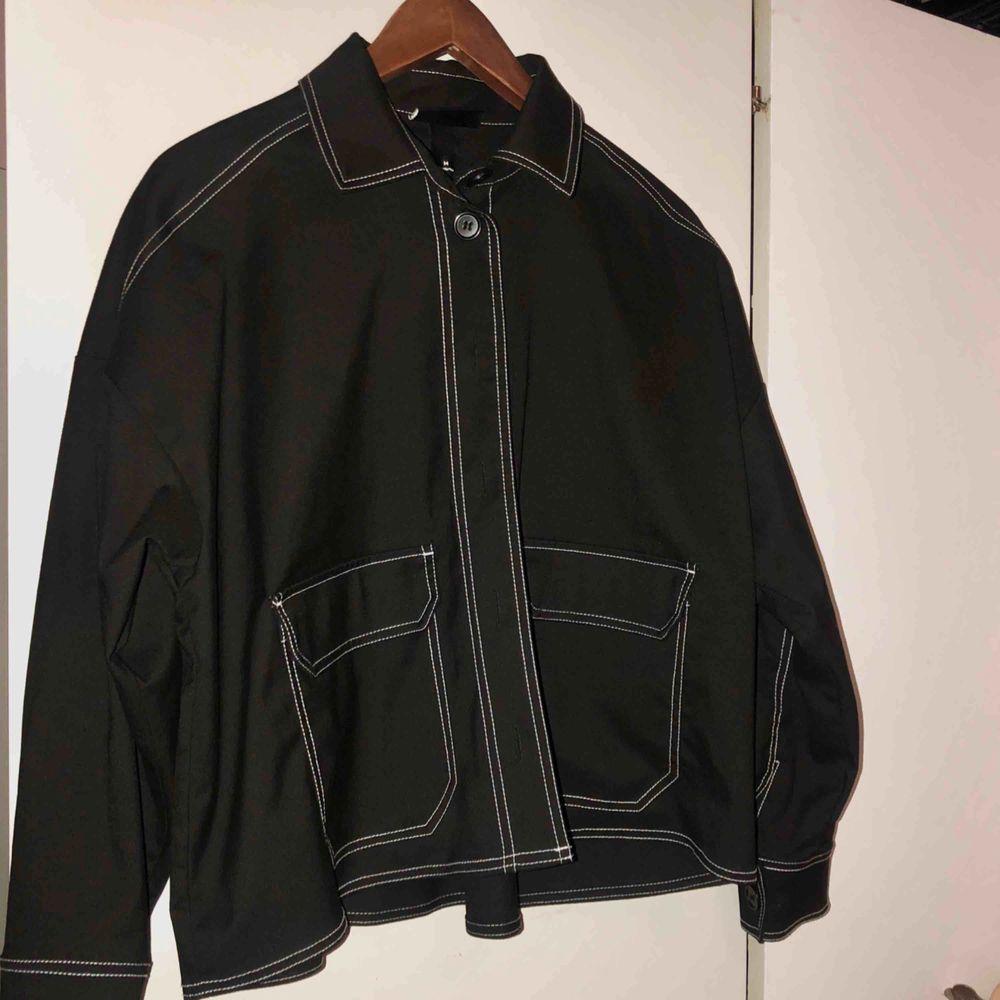 Jättefin svart jacka från Monki som har inte används så mycket.  Köparen står för frakten 🖤. Jackor.