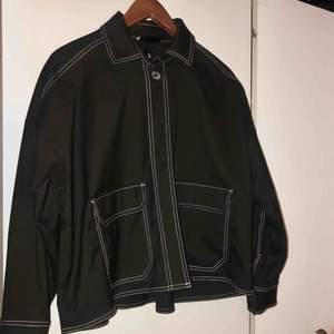 Jättefin svart jacka från Monki som har inte används så mycket.  Köparen står för frakten 🖤