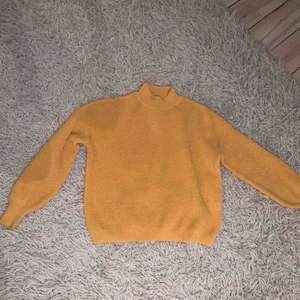 Superfin tröja från Zalando ca 6 månader sen. Får inte riktigt plats i garderoben och säljs därför för ett billigt pris. Den är inte nopprig eller sliten på något sett. Nypris ca 300/400 kr. Billigare pris vid köp av fler saker!!