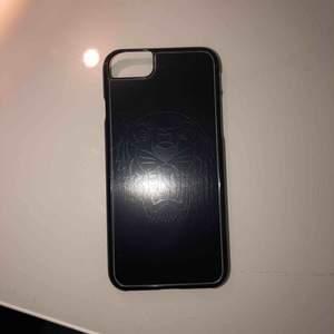 Ett svart super snygg iPhone 8 skal med lite silver detaljer från Kenzo, köpt för ca 600kr på Kenzo i Brasilien för ett år sedan. En spricka i ett av hörnet på skalet annars bra skicka! 200kr inkl frakt😊