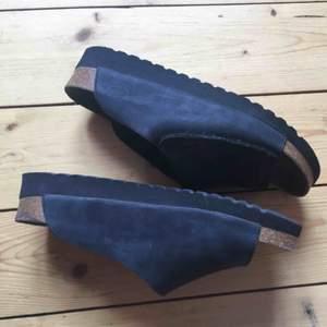 Säljer mina fina Scholl sandaler i 38 😻 De har lite platå och knäpps med ett stort kardborreband! Kan mötas i Stockholm! Om de ska skickas betalar köpare frakten🤠