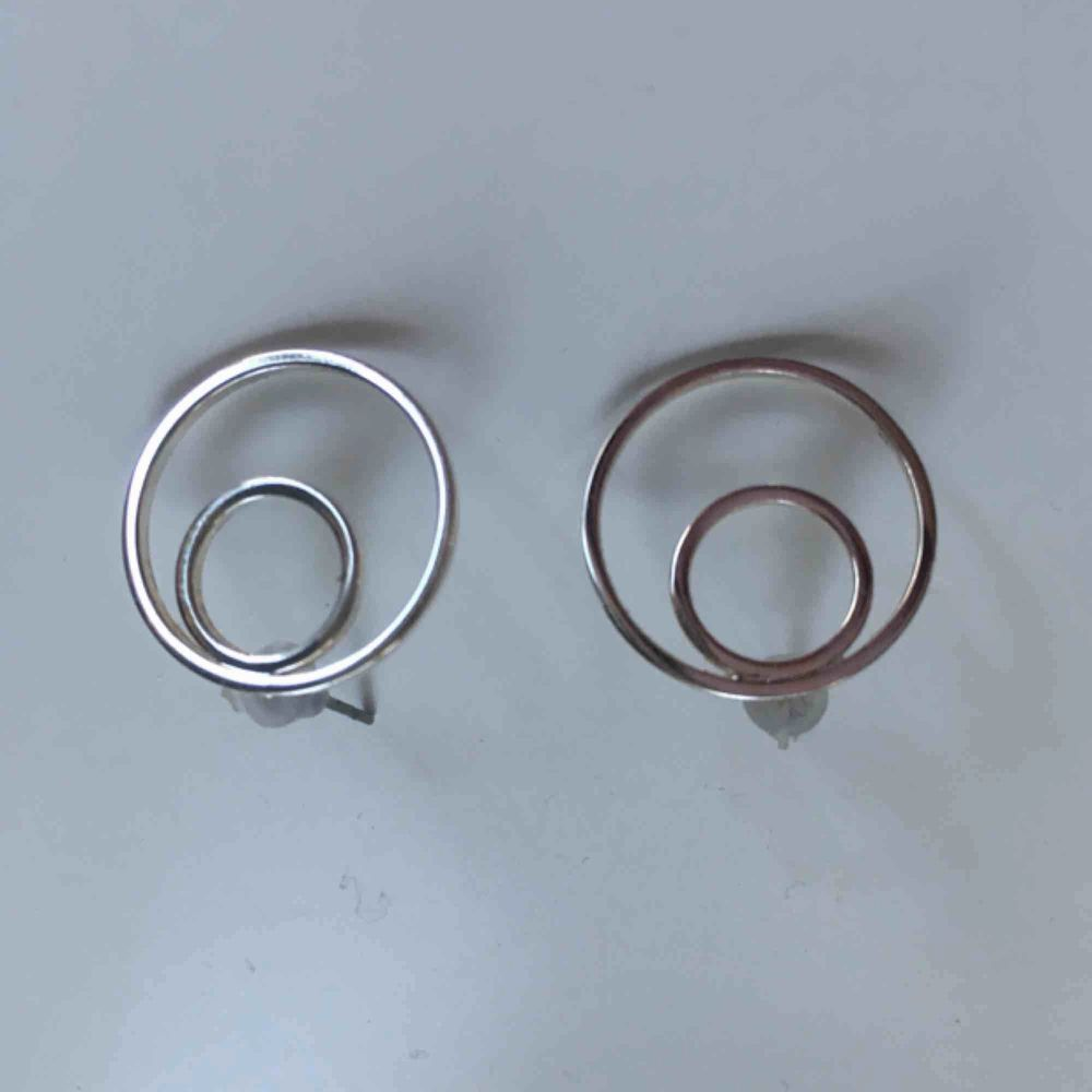 Snö of Sweden örhängen i silver 🦋 (ca 1cm stora) . Accessoarer.