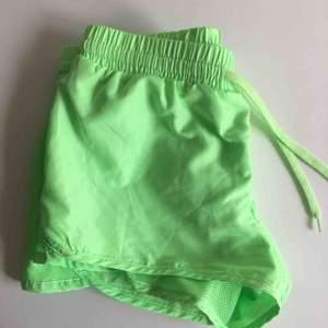 Luftiga och sköna shorts i neongrönt. Funkar jättebra att ha när man tränar men även till vardags!  Frakt tillkommer.