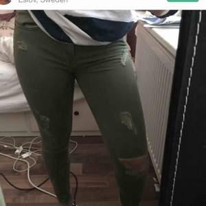 Super fina gröna byxor med hål, har dock ett liter hål men märks knappt, priset kan diskuteras vid snabb affär köparen står för frakt