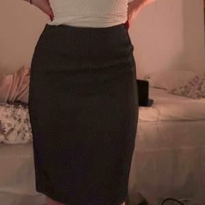 Armani kjol som är en M men kan passa en liten större S Säljer pga använder den aldrig längre