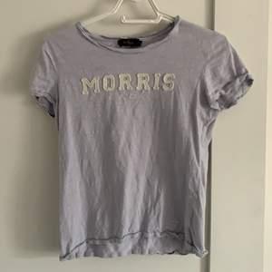 En väldigt fin Morris t-Shirt i en blå/lila färg, den är i strl. XS och är inköpt för 600kr, mitt pris 100kr!!!