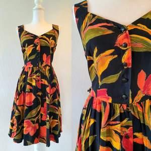 Vintage klänning i 42 , med knappar framtill. Frakt tillkommer med 44 kr