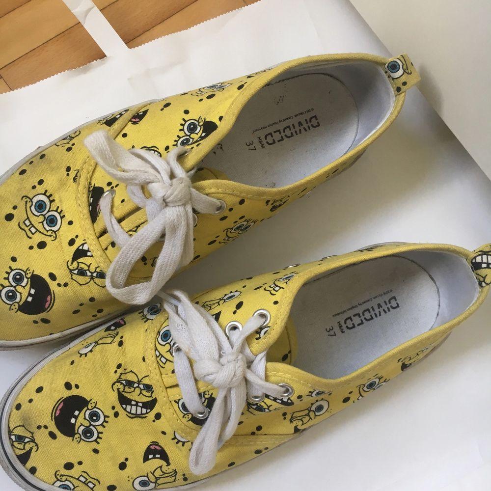Ett par gula tyg skor med svampbob på :) . Skor.