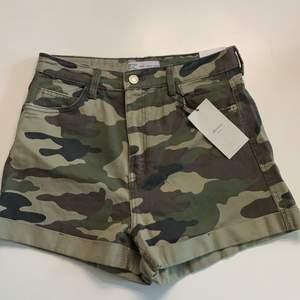 Ett par helt oanvända shorts i militär mönster ifrån bershka! De är i storlek 38, High Waist🖤.