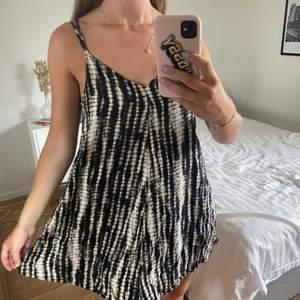 Nu säljer jag min absoluta favoritstrandklänning från Abercrombie & Fitch då den tyvärr blivit för liten. Detta är nog den skönaste och härligaste klänningen jag någonsin ägt, men måste inse att den inte passar mig längre 🥺 Hör av er vid frågor!